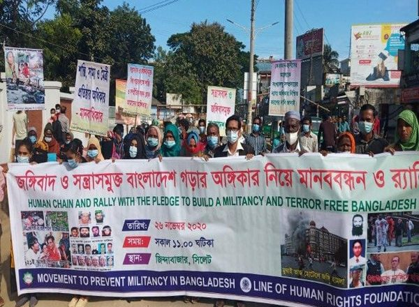 Bangladeshis form human chain to protest against terrorism by Pakistan on 26/11 anniversary
